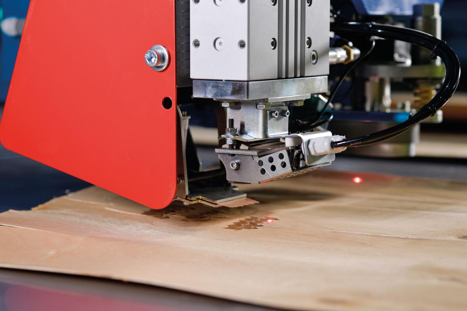 使用集成的热粘胶带选项,可轻松修复松开的拼接接头和单板边缘的裂缝。