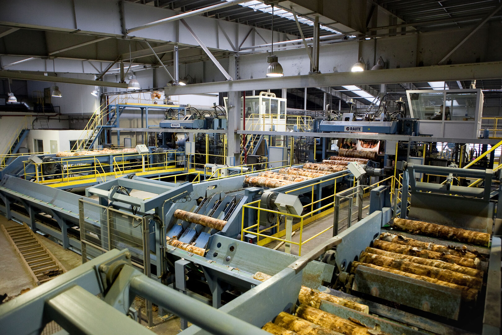 Peeling blocks are fed from the log handling line to the peeling line.