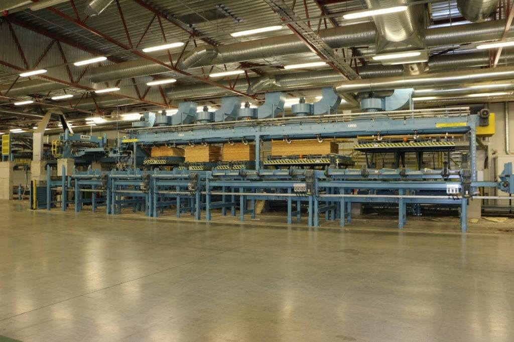 Accurate stacking minimizes veneer losses and enables automated dryer infeed and stack handling.