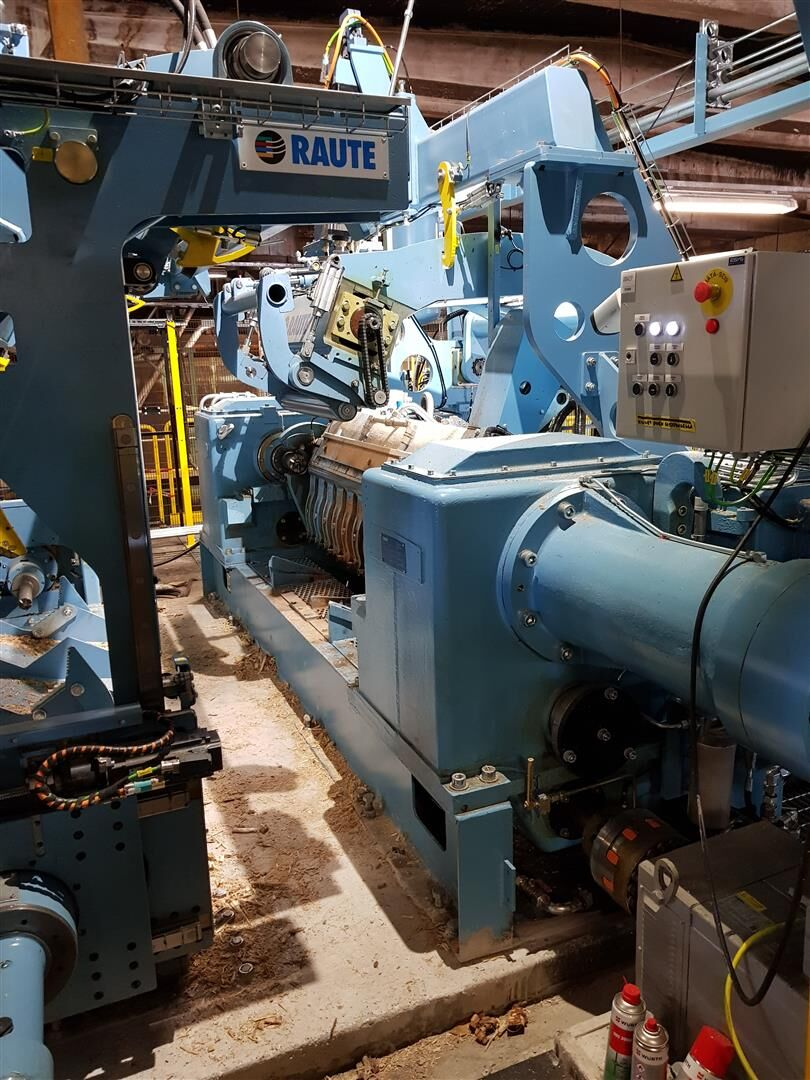 This industry standard lathe enables reaching a reliable capacity with a high peeling speed.