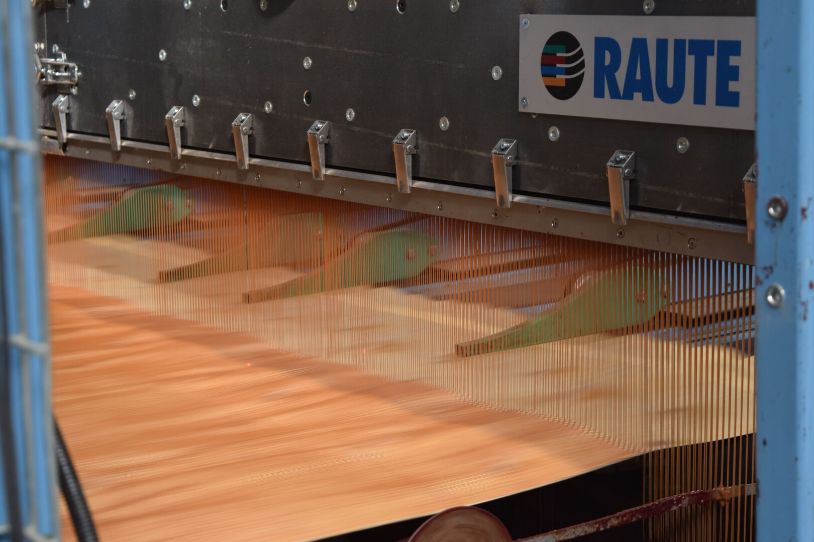 The Liquid Extruder Gluing (LEG) system is a gluing extruder which allows for the more efficient use of veneer sheets.