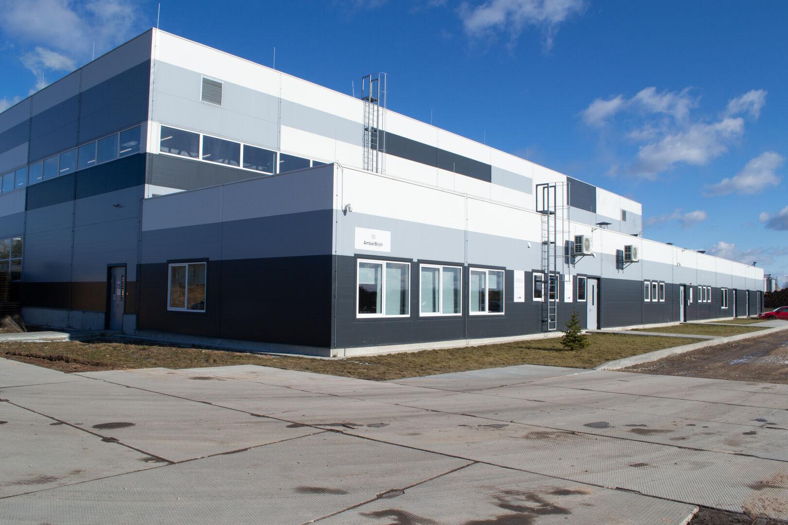 На заводе AmberBirch в Латвии вот уже больше года трудится 65человек.